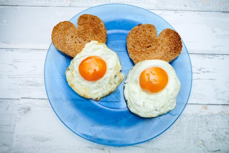 Ovos fritos com brinde na forma do coração imagem de stock royalty free