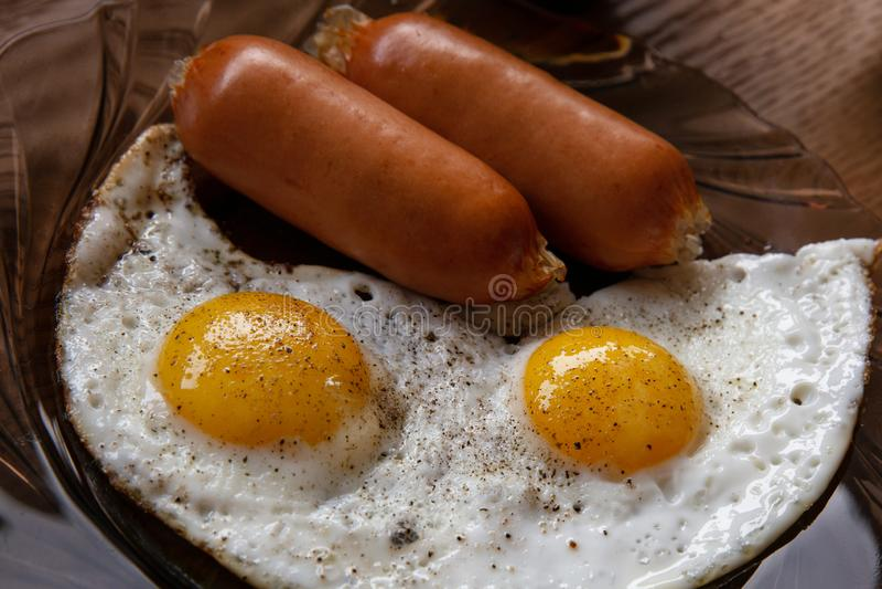 Ovos fritos com salsichas da carne fotografia de stock royalty free
