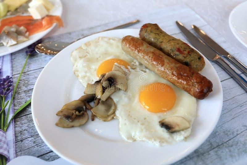 Ovos fritos com salsichas e cogumelos imagens de stock royalty free