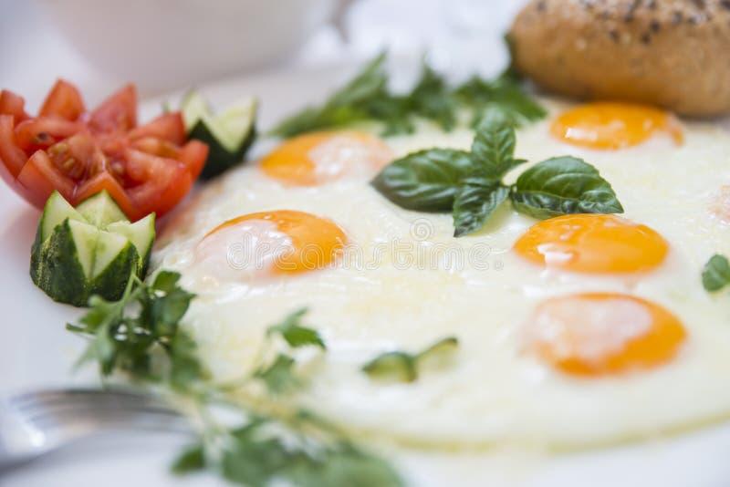 Ovos fritos e vegetais perfeitos do café da manhã foto de stock royalty free