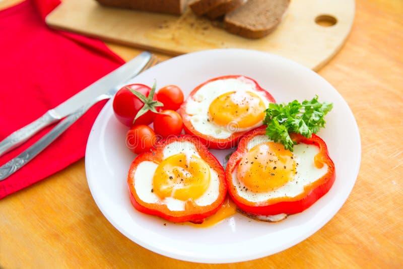 Ovos fritos em pimentas vermelhas fotos de stock