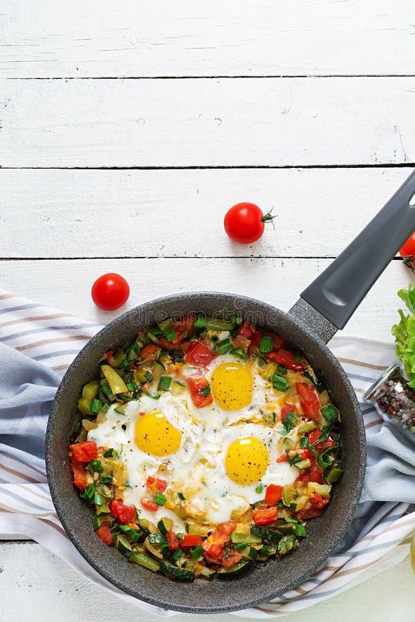 Ovos fritos saborosos do café da manhã com vegetais Shakshuka imagens de stock royalty free
