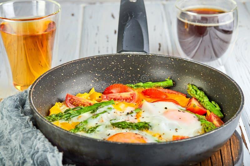Ovos fritos saborosos do café da manhã em uma bandeja com café fotografia de stock royalty free