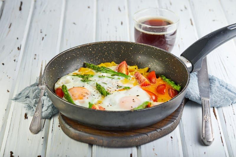 Ovos fritos saborosos do café da manhã em uma bandeja com café foto de stock royalty free