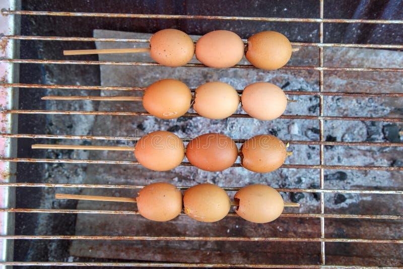 Ovos grelhados especiais, ovo cozinhado com seasonnings, espetos do ovo no fogão do carvão vegetal imagem de stock
