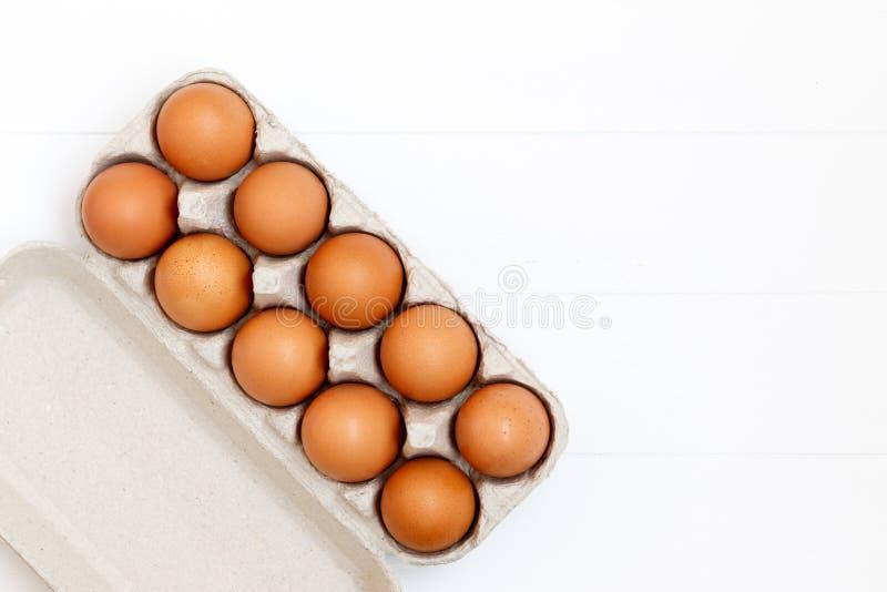 ovos marrons frescos ou crus no fundo de madeira branco, vista superior, fl foto de stock