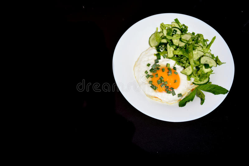 Ovos mexidos apetitosos com salada de couve em uma placa imagem de stock royalty free