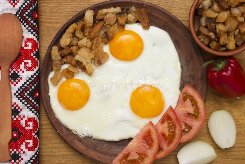 Ovos mexidos com bacon da gordura da carne de porco fotografia de stock royalty free