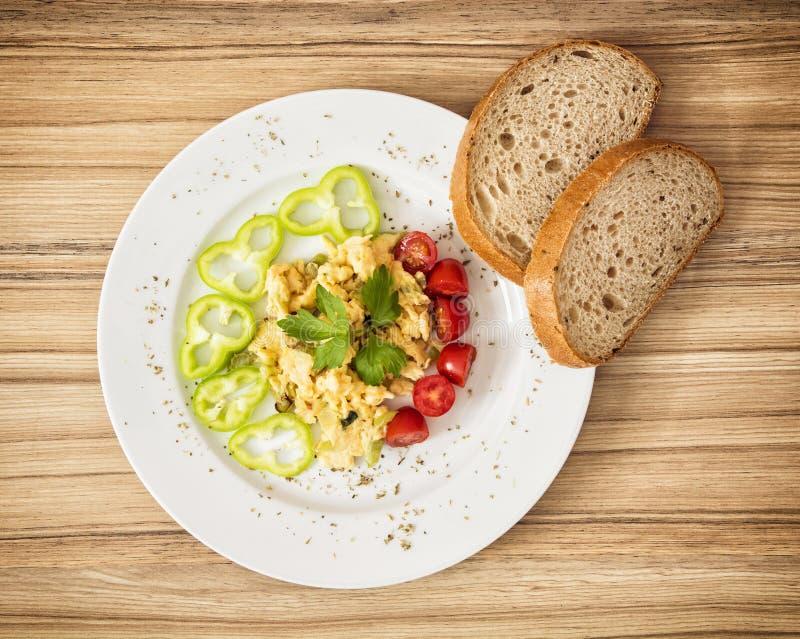 Ovos mexidos com paprika, tomates de cereja e pão imagens de stock royalty free