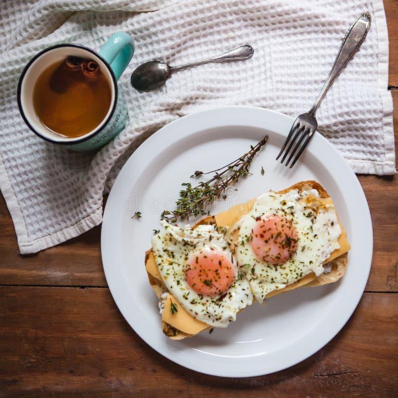 Ovos mexidos com queijo no pão, fim acima da vista imagens de stock
