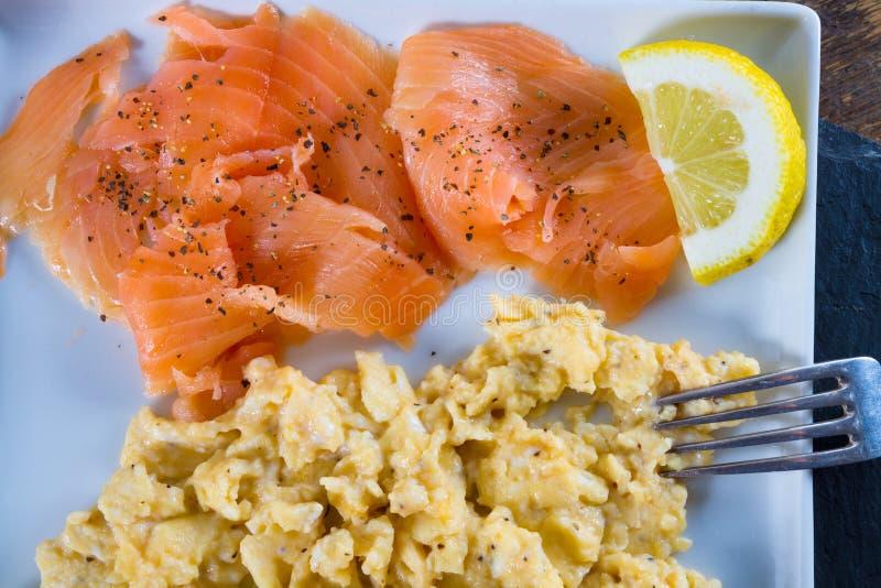 Ovos mexidos com salmões foto de stock royalty free