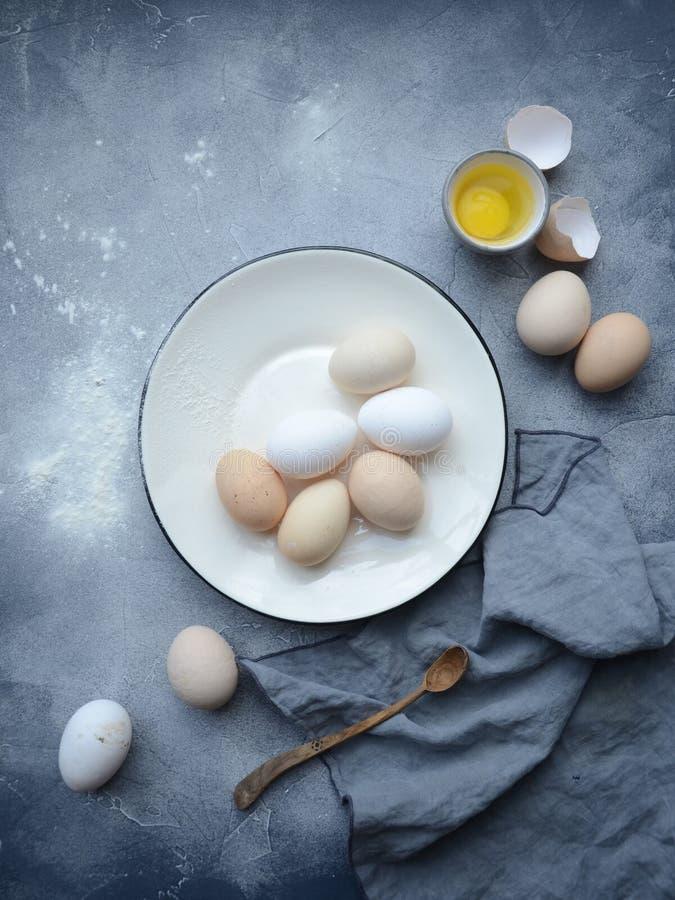 Ovos na bacia com colher de madeira fotografia de stock royalty free