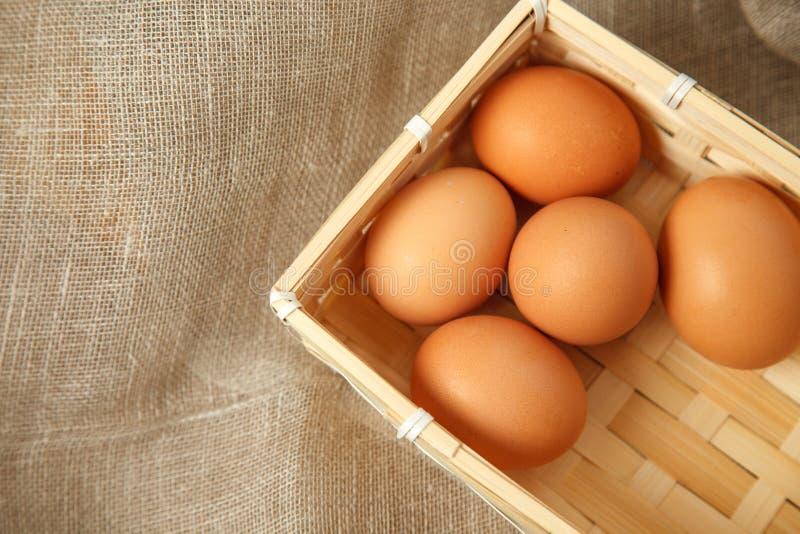 Ovos no fundo do vintage de serapilheira, opinião superior da foto foto de stock royalty free