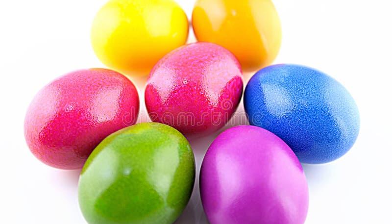 Ovos pintados coloridos da galinha em um fundo branco para a Páscoa fotos de stock