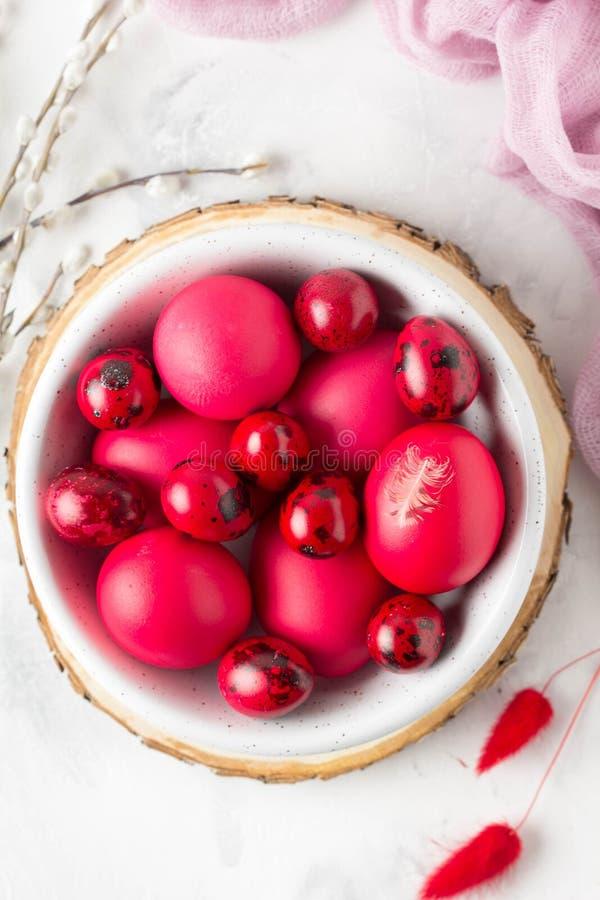 Ovos pintados para easter, vermelho, cor-de-rosa, Borgonha da galinha e de codorniz na bacia Salgueiro, mola fotos de stock royalty free