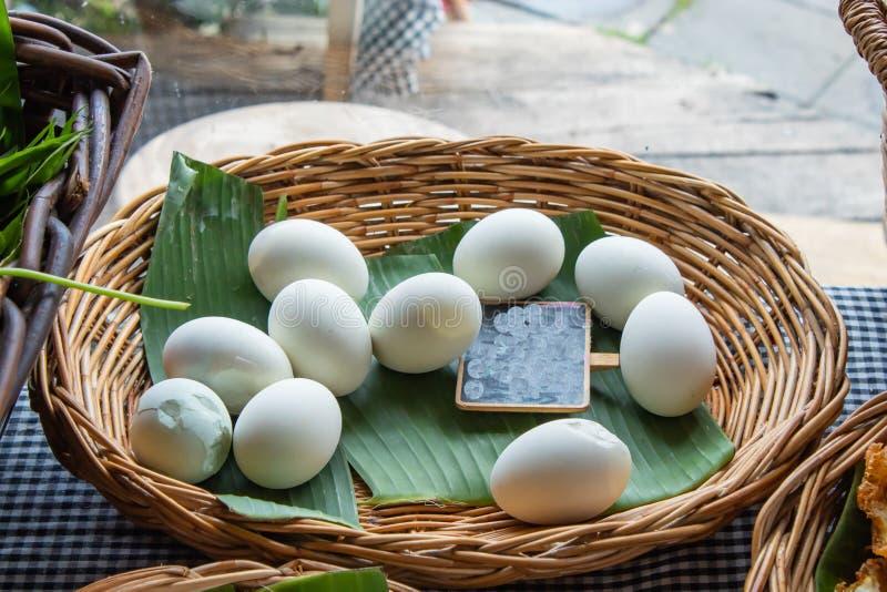 Ovos salgados em uma folha da banana imagem de stock