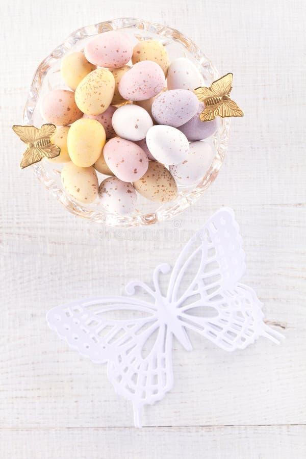 Ovos salpicados do chocolate na bacia fotografia de stock royalty free
