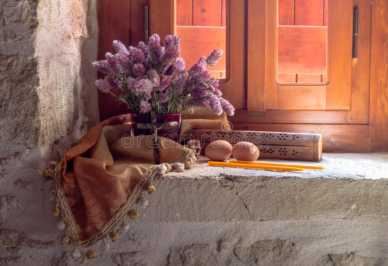 Download Ovos, Um Ramalhete Dos Wildflowers E Velas Da Igreja Imagem de Stock - Imagem de flowering, easter: 107525253