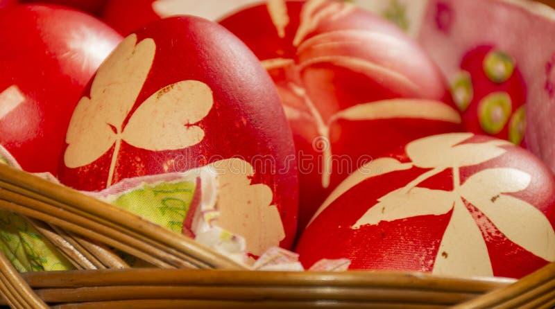 Ovos vermelhos da Páscoa na cesta fotos de stock