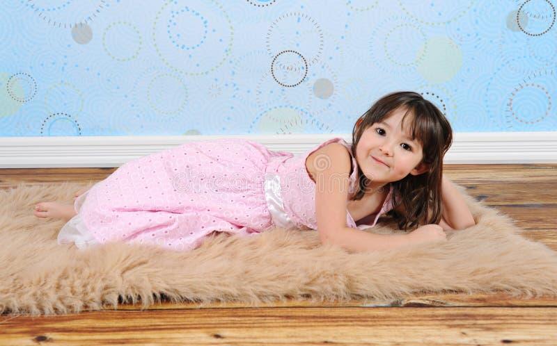 owłosiona dziewczyna trochę figlarnie target2038_0_ dywanika cukierki obraz stock