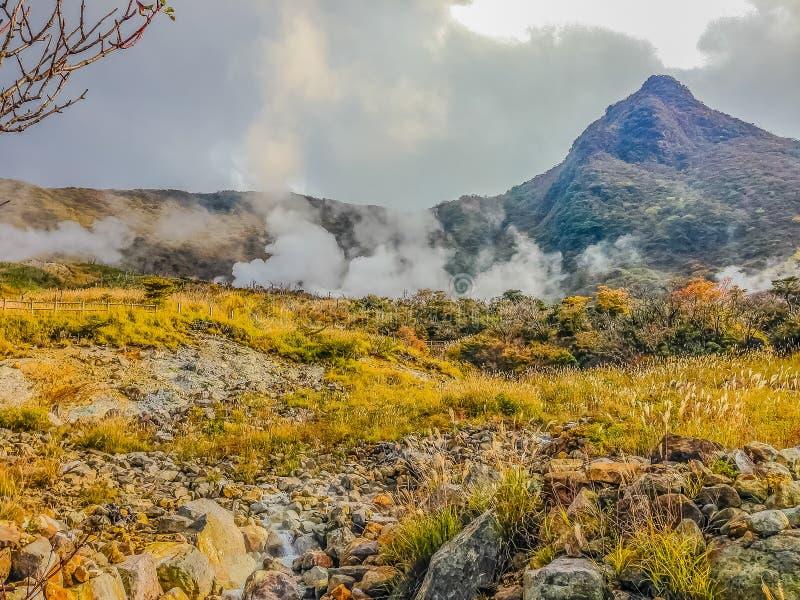 Owakudani有有薄雾和活跃硫磺出气孔的温泉池塘是 免版税库存图片