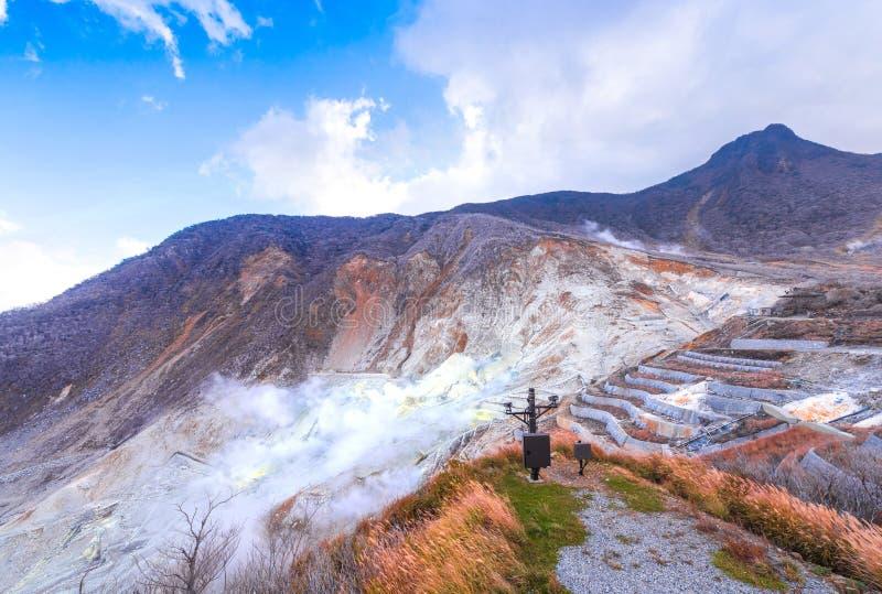 Owakudani is geothermische vallei en heet met actieve zwavelopeningen stock afbeeldingen