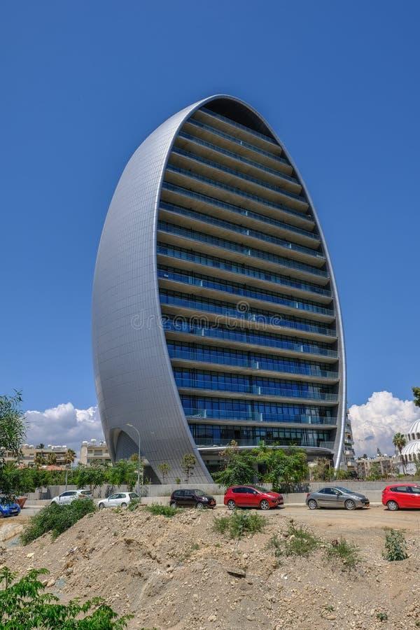 Owalnego wysokiego wzrosta nowy budynek w Limassol, Cypr zdjęcia stock