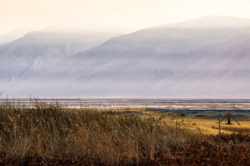 Owens jeziorny California przy zmierzchem obrazy royalty free
