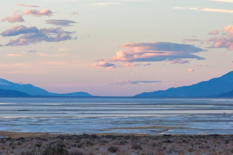 Owens jezioro przy zmierzchem zdjęcia royalty free