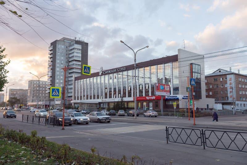 Owl Hotel branco na avenida do trabalhador de Krasnoyarsk no Krasnoyarsk em uma noite do outono foto de stock