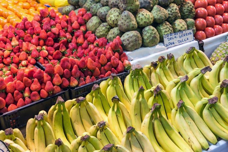 Owoc dla sprzedaży przy rynkiem zdjęcie royalty free