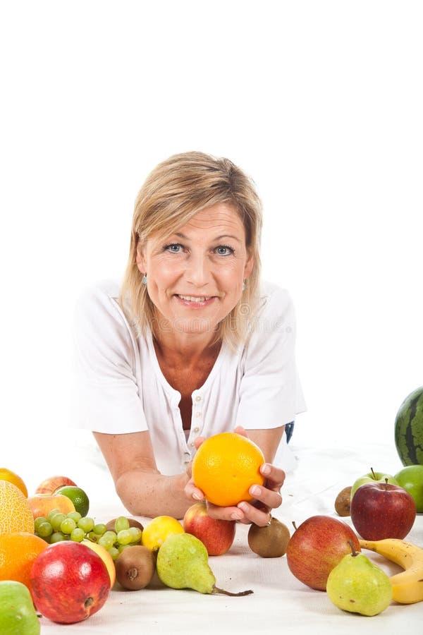 Owoc i blond śliczna kobieta zdjęcia royalty free