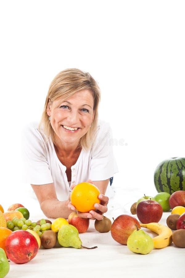 Owoc i blond śliczna kobieta fotografia royalty free