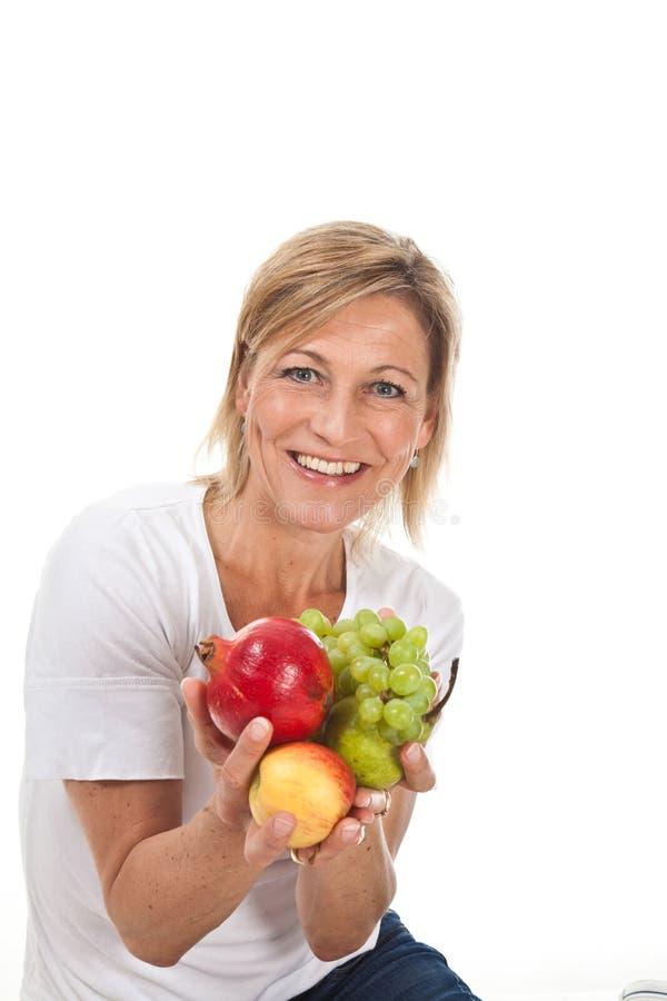 Owoc i blond śliczna kobieta obrazy stock