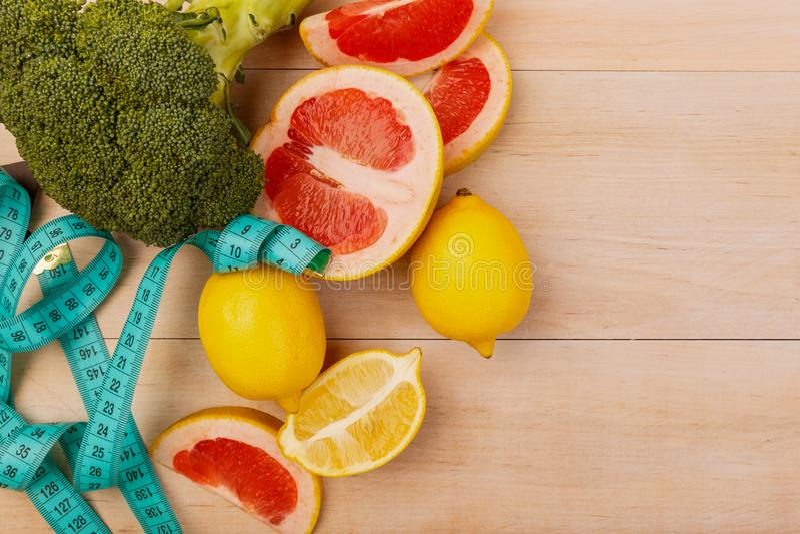 Owoc i brokuły na stole dla diety fotografia stock