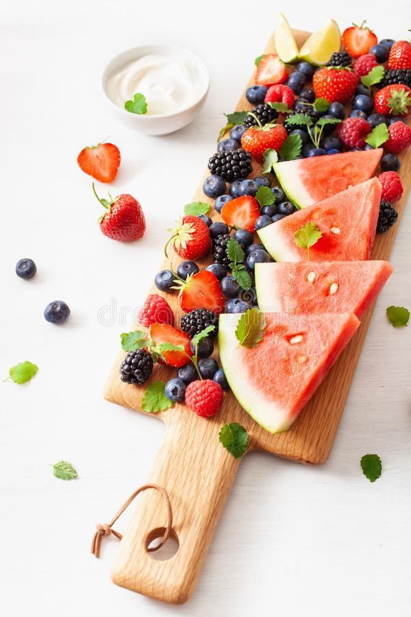 Owoc i jagoda nad bielem czarna jagoda, truskawka, malinka, bl zdjęcia royalty free