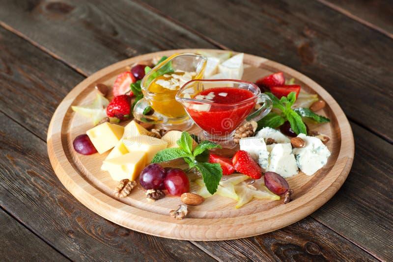 Owoc i sera cateringu półmiska odgórny widok oh fotografia royalty free