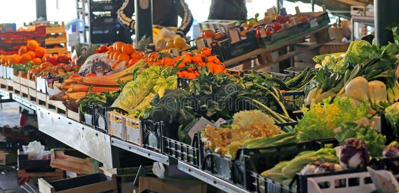 Owoc i warzywo dla sprzedaży w stojaku sklep spożywczy zdjęcie royalty free