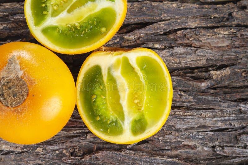 Owoc lulo na drzewnej barkentynie zdjęcie stock