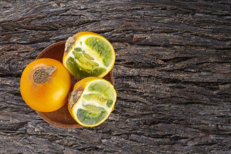 Owoc lulo na drzewnej barkentynie zdjęcia royalty free