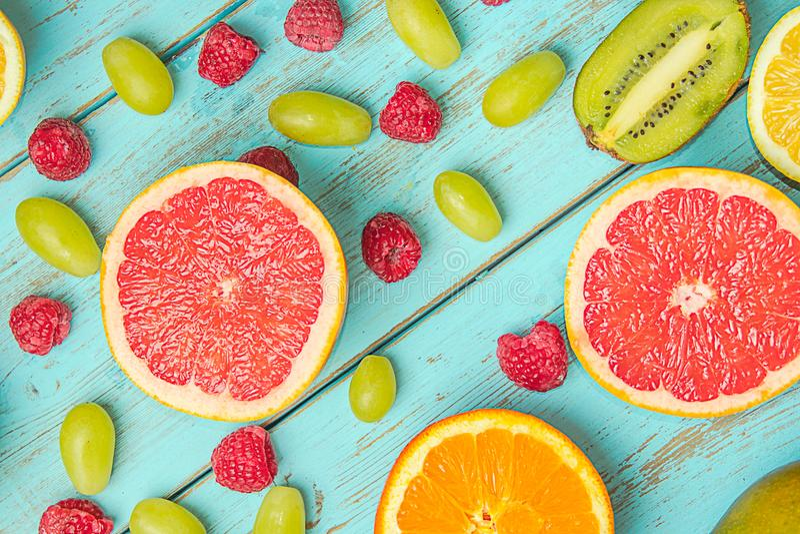 Owoc na bławym wieśniaka stole Grapefruitowy, winogrona, blackber zdjęcia stock