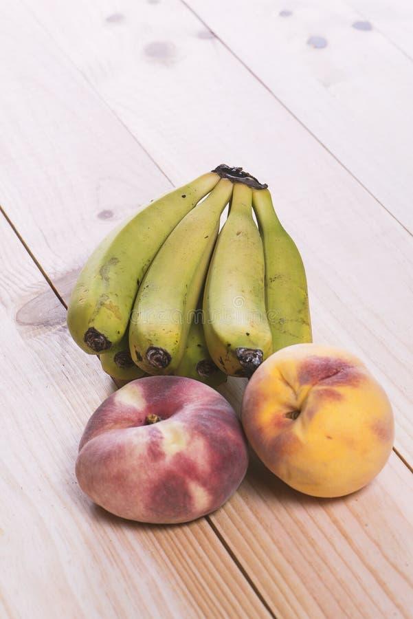Owoc na drewnianym stole obrazy stock