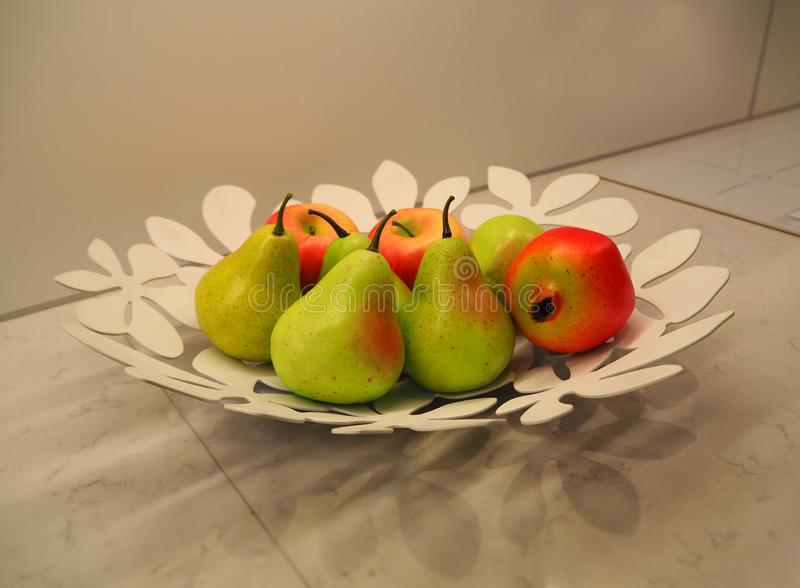 Owoc na talerzu jako dekoracja kuchenny st?? zdjęcia stock
