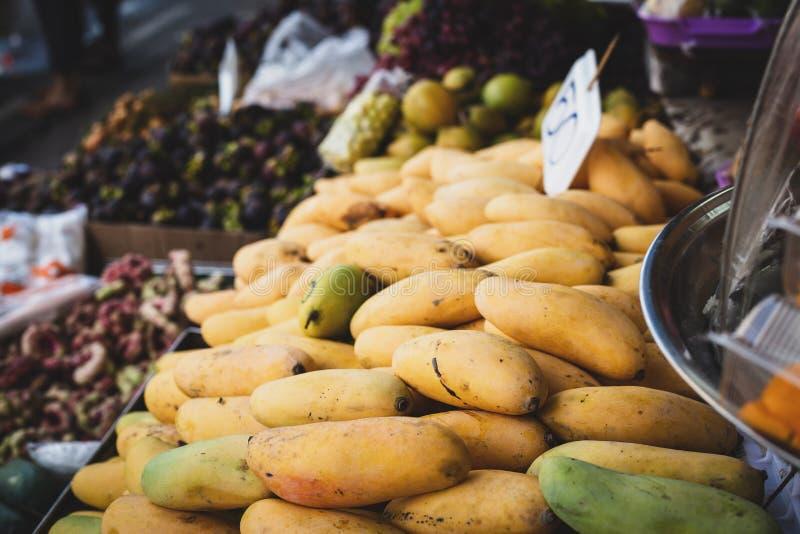 Owoc odpieraj?ca z mangowymi owoc obrazy royalty free
