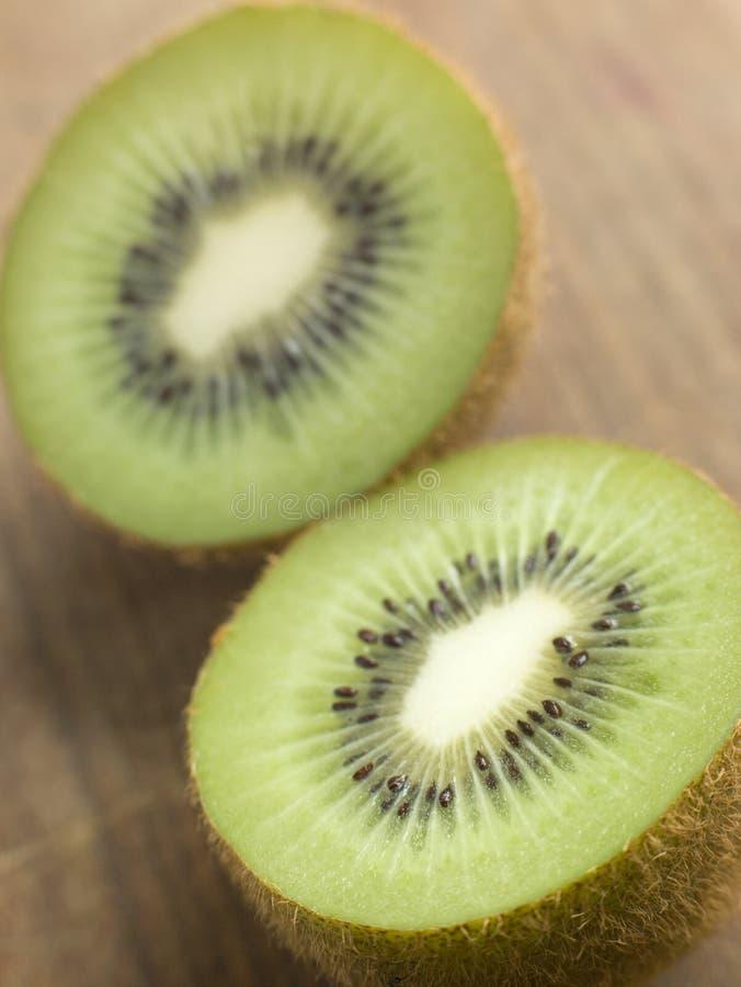 owoc przekrawający kiwi obrazy stock