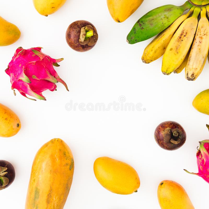 Owoc rama banan, melonowiec, mango z mangostanem i smok owoc na białym tle, Mieszkanie nieatutowy Odgórny widok owoce tropikalne obrazy royalty free
