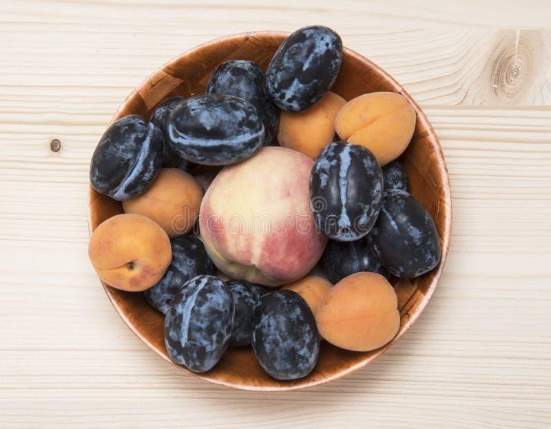 Owoc talerz robić od dojrzałych śliwek, brzoskwini i morel, zdjęcia stock