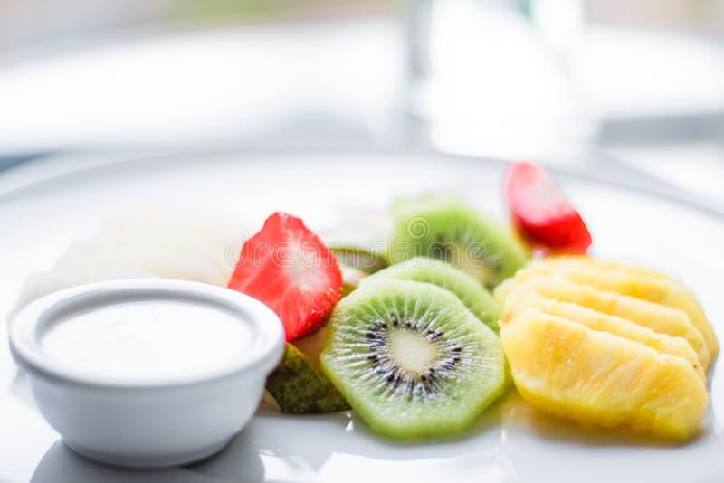owoc talerz słuzyć - świeże owoc i zdrowy łasowanie projektowali pojęcie fotografia royalty free