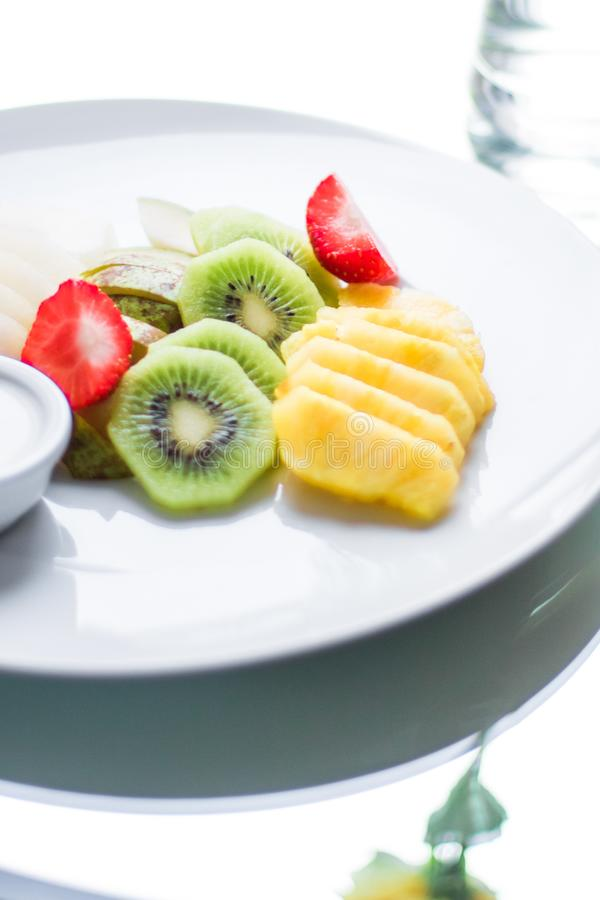 owoc talerz słuzyć - świeże owoc i zdrowy łasowanie projektowali pojęcie zdjęcia stock