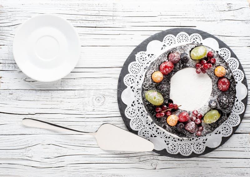 Owoc tort na nieociosanym drewnianym tle zdjęcie stock